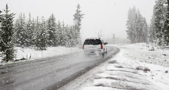 Дождот и снегот носат ризик на патиштата полицијата со апел за внимателност